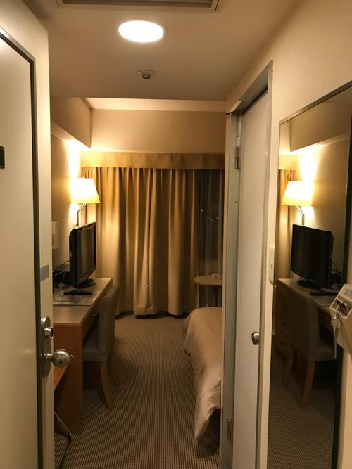 ホテルニューオータニ高岡の客室入口から見た禁煙シングルルームの室内