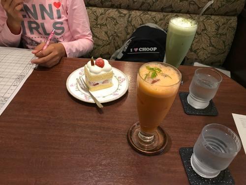 勉強する娘と羅座亜留の美肌ジュース、抹茶ミルク、ケーキ