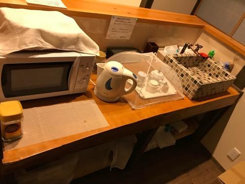 湯之谷温泉の談話室のカウンター、電子レンジ、電気ポット、流し台