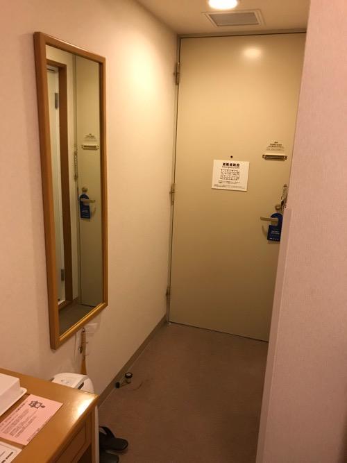 ホテルルートイン札幌北四条のシングルルーム内の全身鏡、出入口ドア