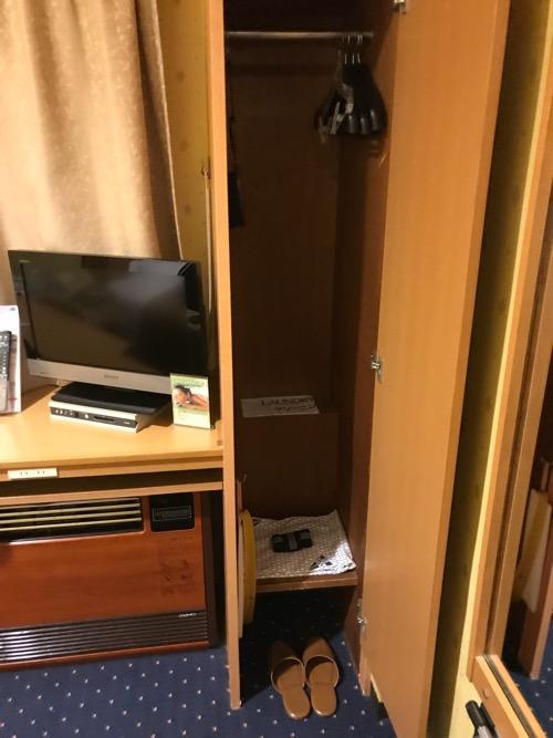 ニイガタステーションホテルのシングルルームのロッカー、ハンガー、室内スリッパ、テレビ、エアコン