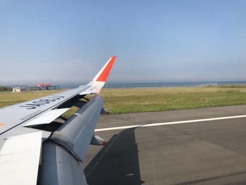 成田空港6時10分発、松山空港7時50分着の飛行機(ジェットスター GK401)の窓から見える松山空港への着陸時の風景)