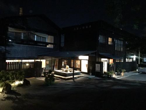 湯之谷温泉の建物外観(夜の様子)