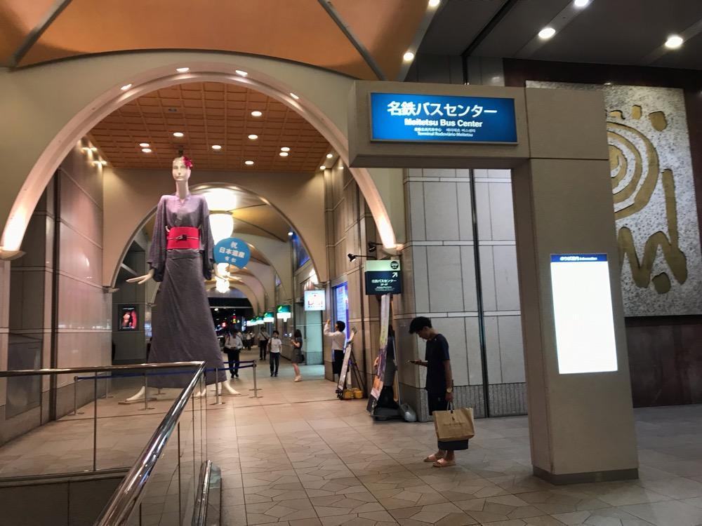 名鉄バスセンターの入口前