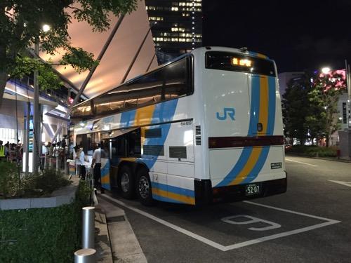 JR東京駅八重洲南口前のJR高速バス乗り場の9番乗り場に停車中の松山行きの高速バス「ドリーム松山号」