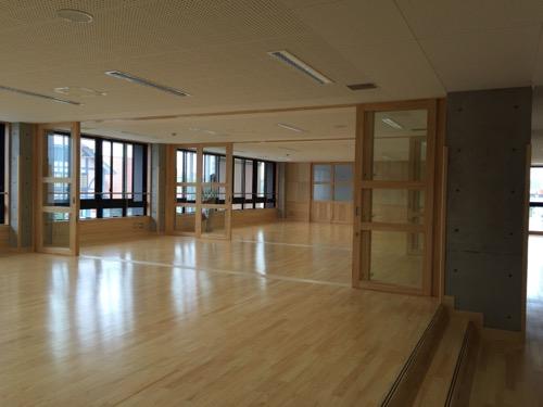 余土中学校の新校舎棟2階のマルチスペース