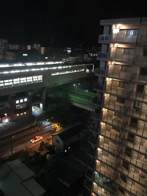 アパホテル福島駅前のシングルルーム内の窓から眺めたJR福島駅新幹線ホーム(夜の様子)
