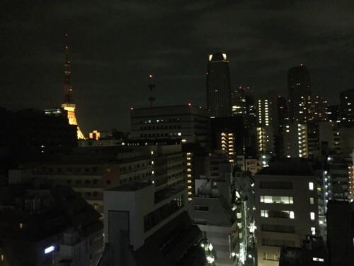 アパホテル新橋御成門の客室内からの眺めー夜景、東京タワー