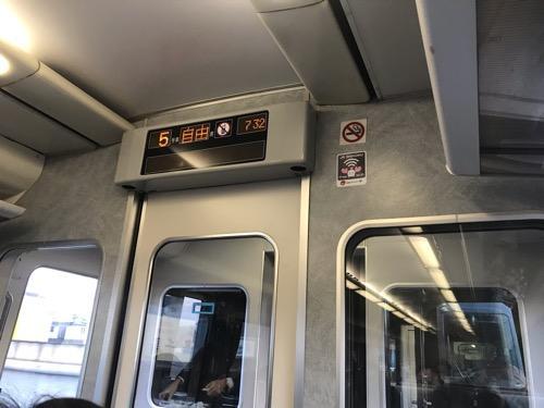 予讃線の特急列車車内の禁煙マークの下に貼られているJR四国のフリーWi-Fiのシール