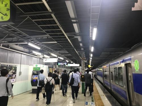 JR北千住駅ホームに停車中の常磐線快速電車「水戸行」