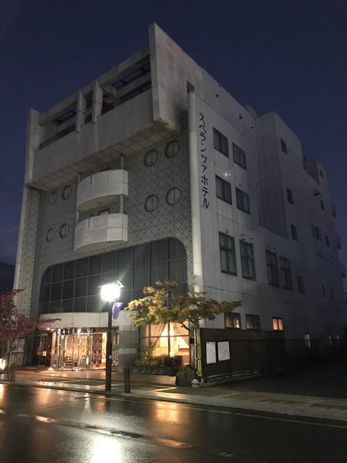 飛騨古川スペランツァホテルの夜の建物外観