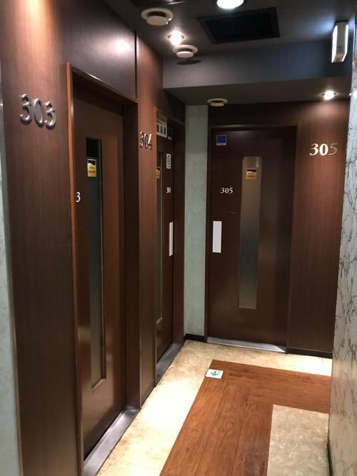 ジョイサウンド金町店の部屋のドア、廊下の様子