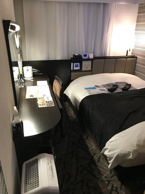 アパホテル福島駅前のシングルルームの机、ベッド