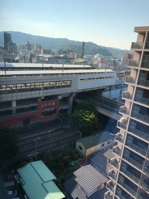 アパホテル福島駅前のシングルルーム内の窓から眺めたJR福島駅新幹線ホーム(朝の様子)