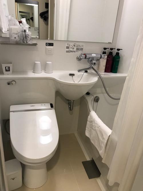 アパホテル福島駅前のシングルルームのユニットバス(トイレ、洗面台、浴槽)