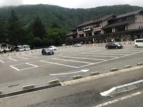 レスト&スパ アルプス街道平湯の建物外観と駐車場