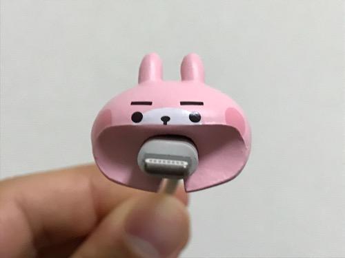 CABLE BITE カナヘイの小動物01 うさぎCABにiPhoneのライトニングケーブルを装着した時の様子(正面の口からライトニング端子が突き出ている様子)