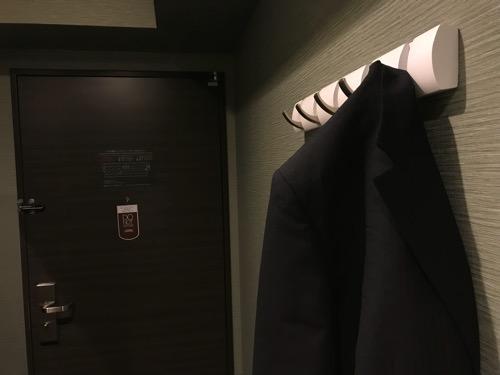 くれたけイン名古屋久屋大通のシングルルームの衣装掛けフックにスーツの上着を掛けた時の様子