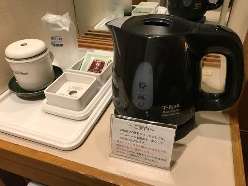 ホテルニューオータニ高岡の客室入口から見た禁煙シングルルームのティファールの湯沸かし器、お茶等