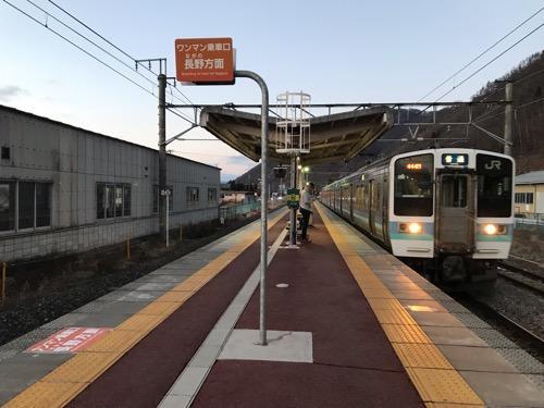 JR田沢駅に到着しつつあるJR篠ノ井線・甲府行の普通列車