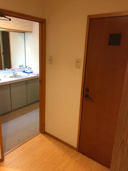 飛騨古川スペランツァホテルの和室タイプの客室のトイレと洗面所