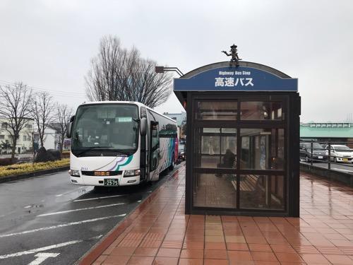飯田駅前のバス停に停車中の高速バス「超特急 飯田」