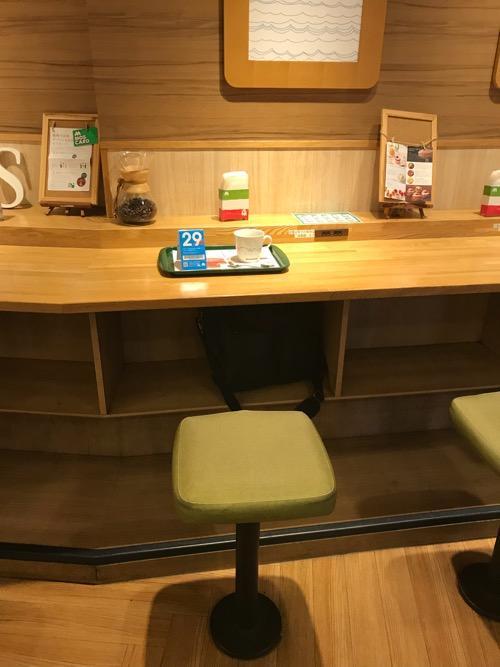 モスバーガー仙台西口店の充電可能な席(テーブル下の荷物を入れる棚)