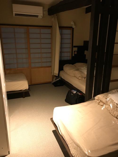 湯之谷温泉のゲストハウス部屋「海」の部屋内のベッド3台