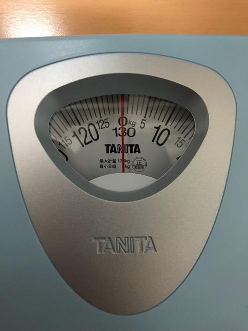 タニタ 体重計 アナログヘルスメーター HA-851-BL ブルーの目盛り(針が0キログラムを指している様子)