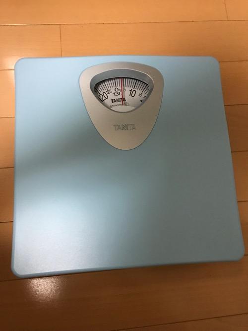 床の上に置いたタニタ 体重計 アナログヘルスメーター HA-851-BL ブルー