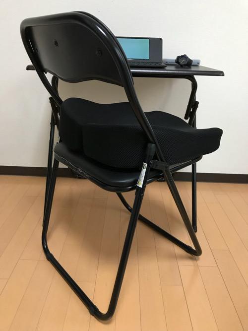 パイプ椅子の上にのせたMkicesky 第四世代座布団 低反発クッションを横から見た時の様子