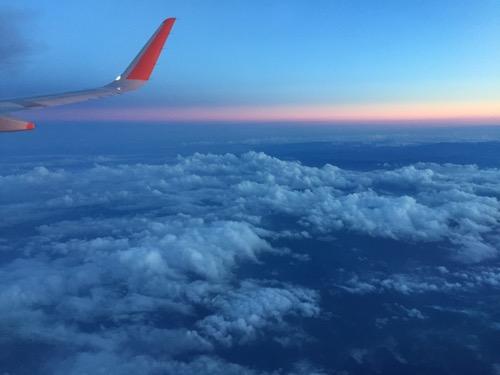 ジェットスターGK406便の窓から眺めた2016年7月5日19時28分頃の空と雲と夕焼けの様子