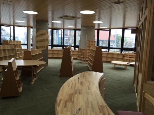 余土中学校の新校舎棟1階の図書室