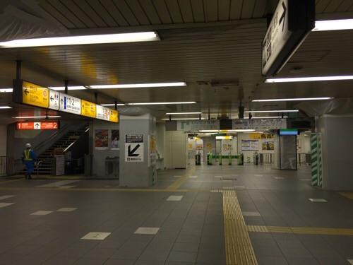 JR新橋駅構内ー烏森改札側の通路ー(上野東京ライン)東海道線のエスカレーター付近