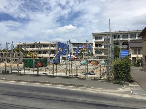 解体中の余土中学校校舎-2016年9月3日-余土小学校前の歩道より眺めた様子