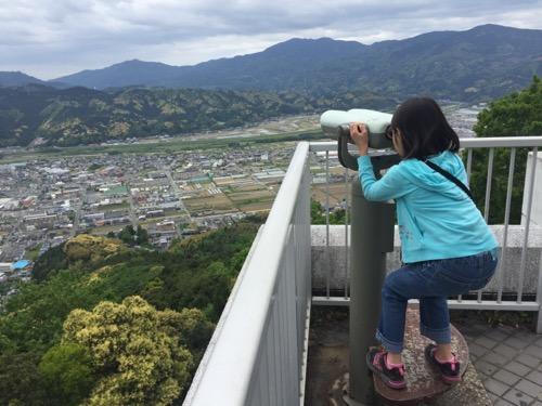 冨士山展望台から大洲市街を双眼鏡で眺める娘