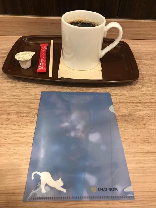 カフェ・ベローチェのブレンドコーヒーMサイズと岩合光昭コラボグッズキャンペーン「季節のねこクリアファイル」(8月の猫・裏面)