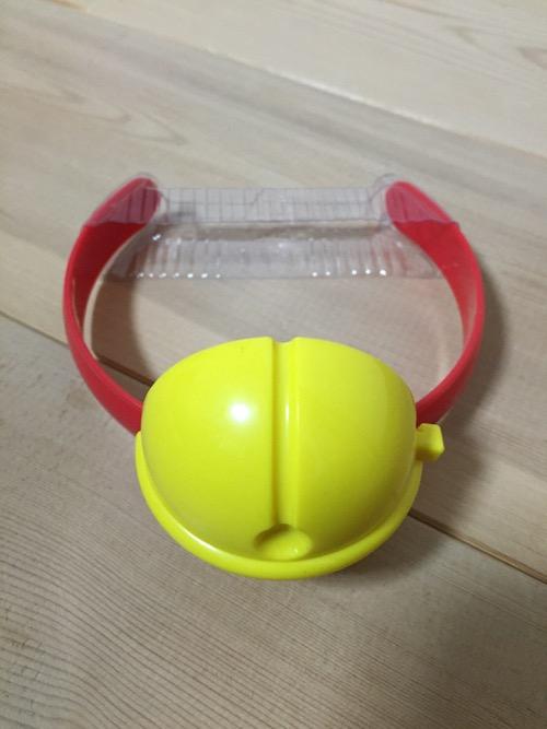 マクドナルドのおもちゃ「鳴るよ!ドラえもんの鈴」(床の上に置いた時の様子)