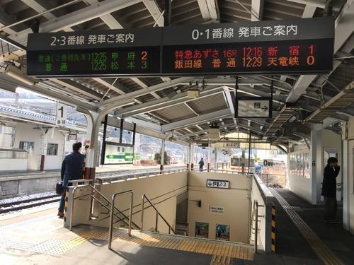 JR岡谷駅の地下連絡通路の出入口、0・1番線の発車ご案内