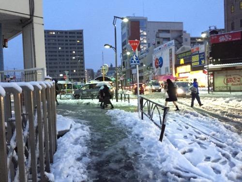 雪景色の京成金町駅前の交差点-2015年1月18日午前6時44分頃