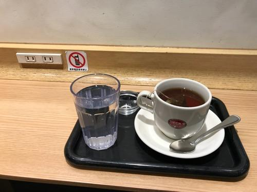 ベックスコーヒーショップ浦和店の充電ができるコンセント、ホットティー(温かい紅茶)