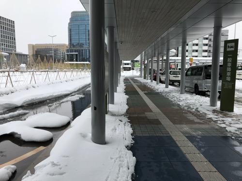 金沢駅西口の一般車降車場の雪景色
