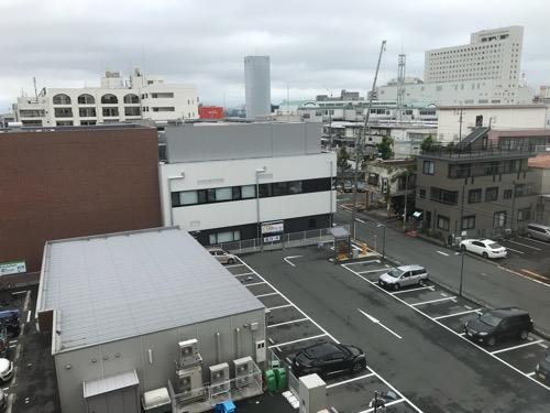 ABホテル豊橋の廊下の窓から眺めた成田記念陽子線センター、豊橋駅周辺の風景