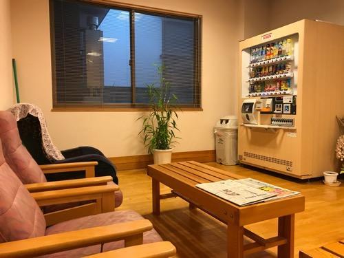 グレースフォーユー余戸 豊湯 ほうゆ~の待合室の椅子、自動販売機