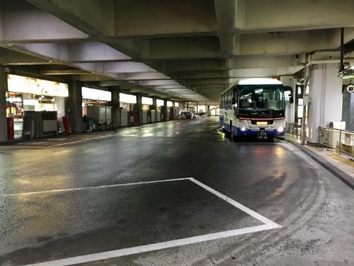 万代シテイバスセンター7番乗り場に停車中の17時5分発の仙台行の高速バス
