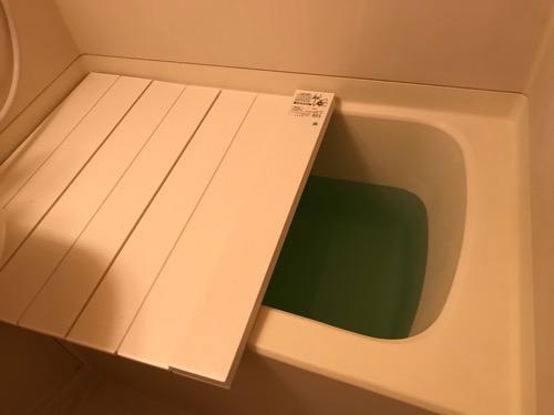 コンパクト収納風呂ふた ネクスト M9 横70cm、長さ90cm(入浴するために風呂ふたを少し上げた様子、お湯はバスクリンの炭酸入浴剤「きき湯」)