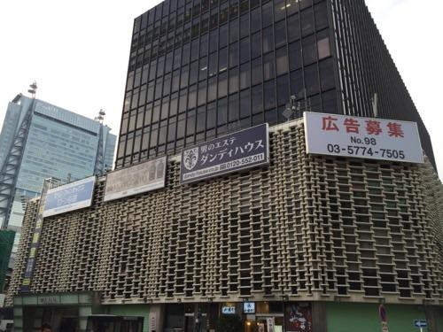 JR新橋駅前のSL広場から見えるニュー新橋ビルの広告募集の看板