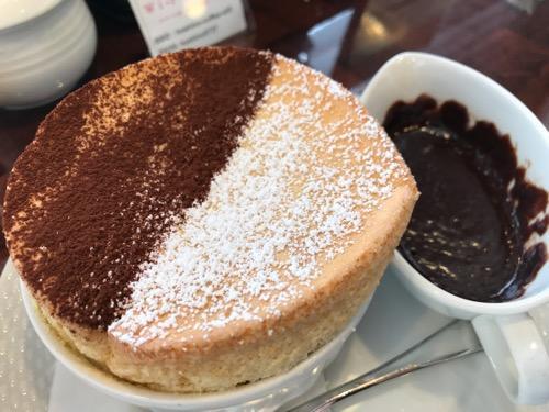 星乃珈琲店の窯焼きスフレ(バニラのスフレ チョコレートソース)