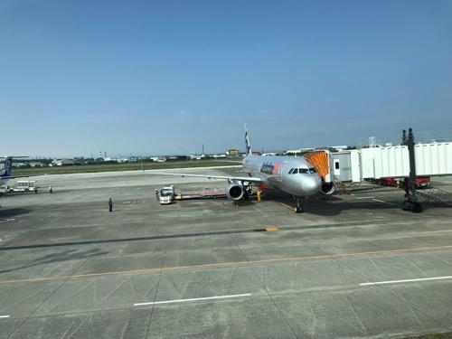 2018年6月9日午前8時44分の松山空港の風景、着陸後の飛行機(ジェットスター GK401便)