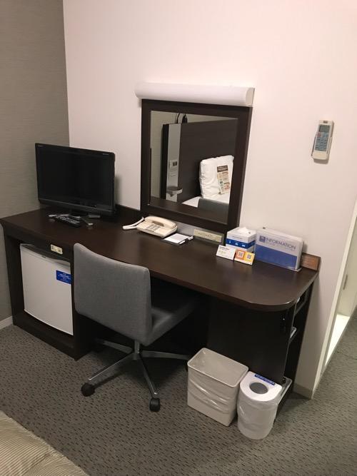 コンフォートホテル八戸のシングルルームの机、椅子、テレビ、鏡